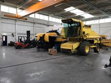 New Holland combine in de werkplaats